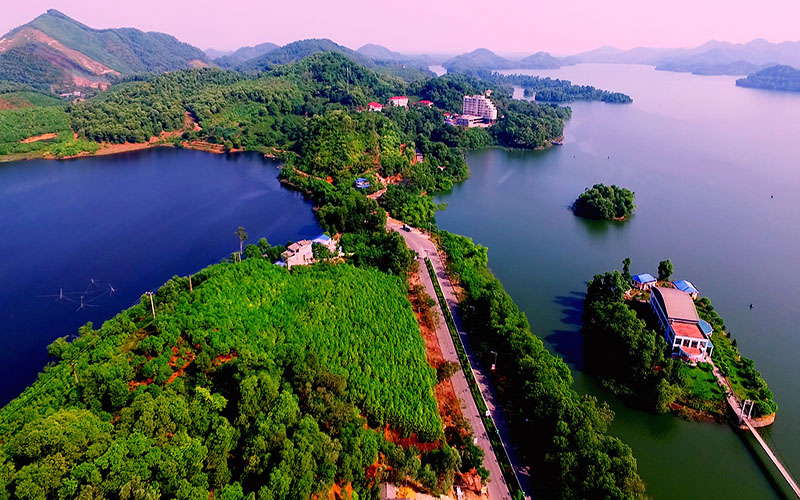 Hiêncó nhiều dự án du lịch quy mô lớn được đầu tư vào Thái nguyên, hứa hẹngóp phần hình thành tỉnh du lịch mới, thúc đẩy kinh tếtăng trưởng trong tương lai không xa.